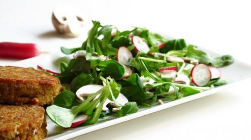 galettes de pain et salade de petites feuilles vertes