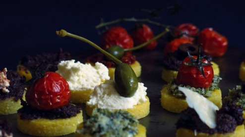 Canapés de polenta, purée de tomates séchées, purée d'olives,  pesto de câpres, tomates confites, ricotta et prmesan