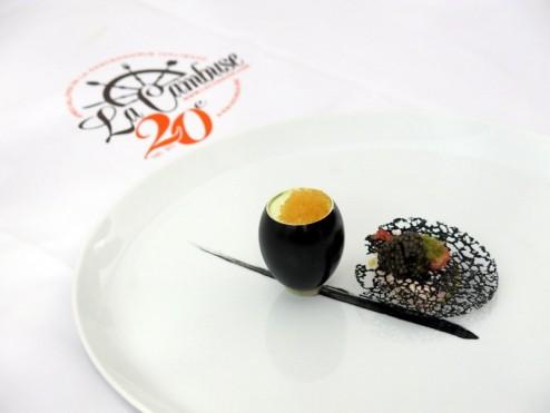 Royale de Lardo di Collonata, féra, burrata, oeufs de Corégone, blanc manger d'écrevisse et tuile à l'encre de sèche de Stéphane Buron et Michel Rochedy