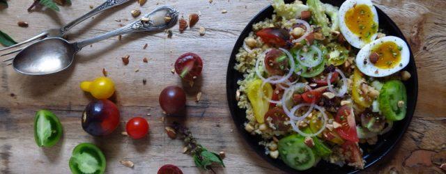 Salade de tomates au boulgour et oeufs mollets