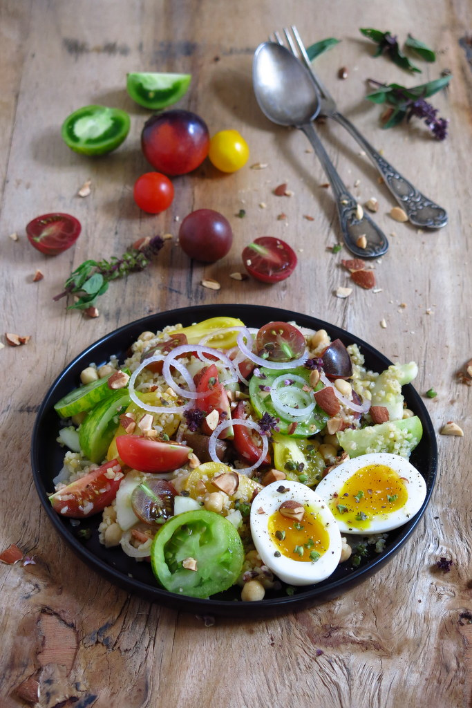 Salade de tomates au boulgour et œuf mollet