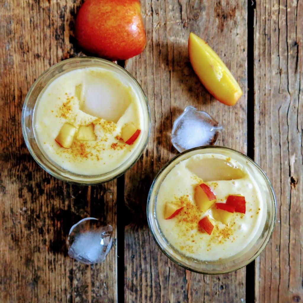 smoothie au lait de coco, curcuma et nectarine